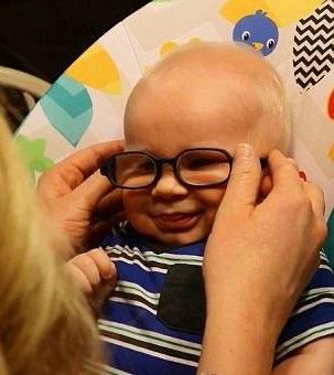 Đây là lần đầu tiên bé Everett được ngắm nhìn trọn vẹn khuôn mặt mẹ