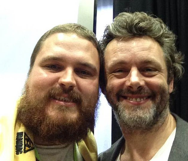 Adam chụp ảnh cùng diễn viên Michael Sheen