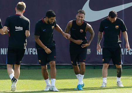 Neymar vẫn vui vẻ tập luyện với Luis Suarez và Lionel Messi