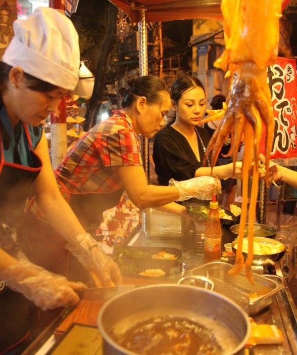 Món mực khổng lồ đúng kiểu Hồng Kông gây sốt trên đường phố Hà Nội.