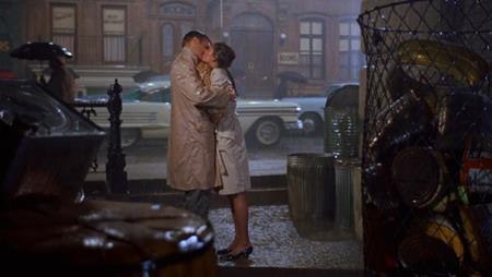 """Bộ phim kinh điển """"Breakfast at Tiffanys"""" (1961) đã có được một màn khóa môi vô cùng ấn tượng giữa Audrey Hepburn và George Peppard"""