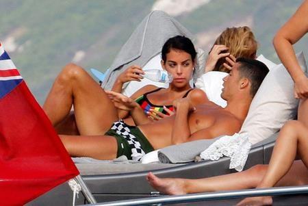 C.Ronaldo chắc chắn rất tự hào khi có một cô bạn gái gợi cảm như Georgina Rodriguez