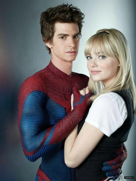 """Trước khi đến với Mary Jane Watson, Peter Parker đã có một tình đầu tuyệt đẹp nhưng đầy bi kịch với Gwen Stacy. Mối tình này được tập trung khai thác trong loạt phim """"The amazing Spider-Man"""" qua sự thể hiện ăn ý của cặp đôi Andrew Garfield và Emma Stone."""