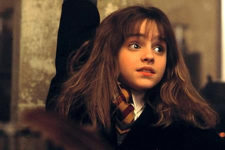 """Bạn diễn của Daniel Radcliffe trong loạt phim """"Harry Potter"""", Emma Watson cũng đã dễ dàng chinh phục khán giả khi vào vai cô bé Hermione Granger """"máu bùn"""" đầy thông minh, lém lỉnh."""