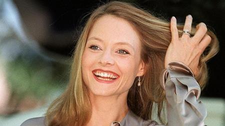 """Khi thực hiện """"Hannibal"""", phần tiếp theo của tác phẩm kinh điển """"The Silence of the Lambs"""", các nhà sản xuất đã rất cố gắng để mời được hai ngôi sao của phần đầu là Anthony Hopkins và Jodie Foster tiếp tục tham gia. Trong khi Anthony Hopkins đã đặt bút kí hợp đồng thì Jodie Foster lại từ chối, bất chấp việc được mời chào mức thù lao lên tới 20 triệu đô la Mỹ. Và sau đó, vai diễn của Jodie Foster đã được trao lại cho Julianne Moore, người """"chỉ"""" nhận được 2 triệu đô la Mỹ."""