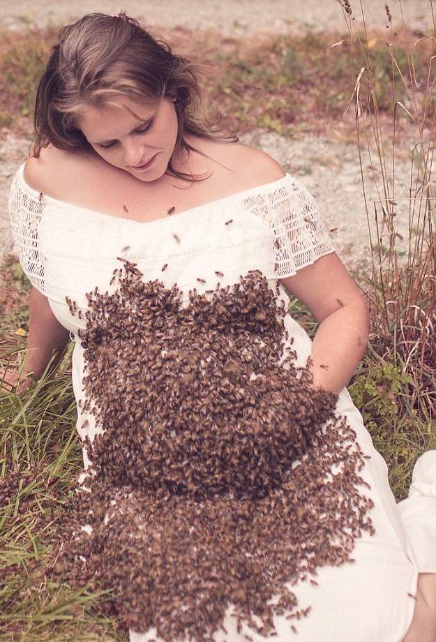 Bí quyết của cô là cầm một chiếc lồng nhỏ xíu nhốt ong chúa trên tay