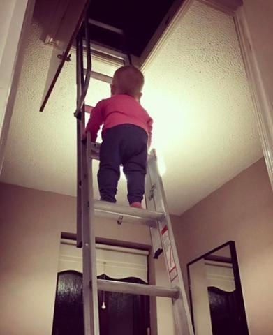 Hannah trèo thang khiến nhiều người giật thót tim