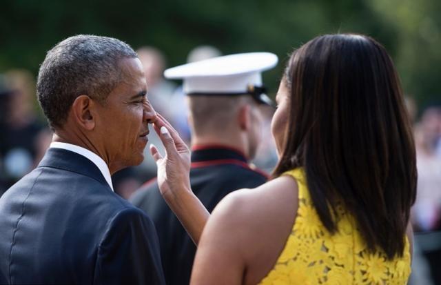 Vợ chồng Obama tình cảm trong khi đứng đợi thủ tướng Singapore