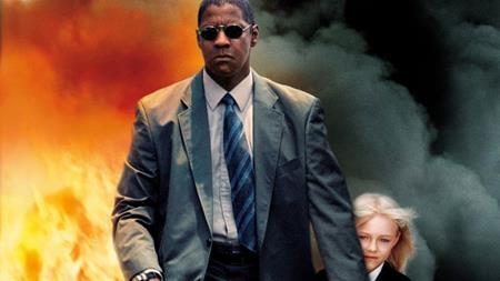 """""""Man on Fire"""" (2004) quả thực là một tác phẩm thú vị xoay quanh John Creasy, một cựu nhân viên của CIA miễn cưỡng nhận nhiệm vụ bảo vệ một bé gái và rồi sau đó lại lao mình vào một cuộc giải cứu đầy kịch tính, nghẹt thở. Đến đoạn kết phim, kẻ thủ ác thực sự đã bị vạch trần nhưng John Creasy không ra tay mà để lại một khẩu súng và một viên đạn để hắn tự mình kết liễu."""