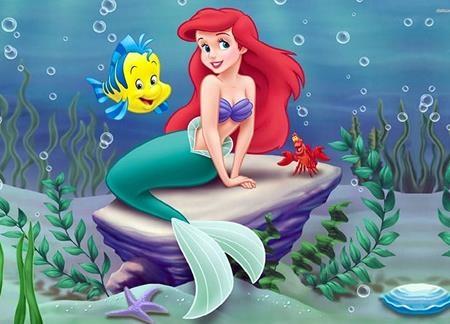 """""""The little mermaid"""" được lấy cảm hứng từ câu chuyện cổ tích của nhà văn Hans Christian Andersen. Tuy nhiên, Disney đã quyết định """"tô hồng"""" hơn cho cốt truyện, đem lại một cái kết hạnh phúc viên mãn cho nàng tiên cá nhỏ và được rất nhiều khán giả yêu thích."""