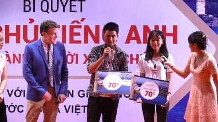 3 bạn học sinh may mắn: Bùi Thị Quỳnh Nga, Nguyễn Thị Mai, Nguyễn Văn Linh hân hoan nhận được học bổng.