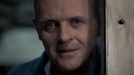 """Theo kịch bản ban đầu của """"The silence of the lambs"""" thì Hannibal Lecter (Anthony Hopkins) đã tìm thấy Frederick Chilton (Anthony Heald) để trả thù. Sau khi kết thúc cuộc gọi chào tạm biệt với đặc vụ Clarice Starling, Hannibal Lecter đã chuẩn bị sẵn dao sắc rồi quay sang Frederick Chilton, người đang bị trói chặt, để bắt đầu hành sự."""