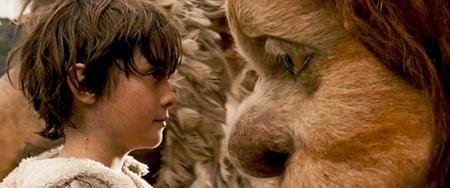 """""""Where the wild things are"""" (2009) kể về cuộc phiêu lưu đầy huyền hoặc của cậu bé Max với những con quái thú trông rất dữ dằn nhưng thực chất lại hiền lành và tốt bụng. Dựa trên chất liệu tượng tượng không giới hạn của trẻ nhỏ, bộ phim không chỉ chắp cánh cho những ước mơ tuổi thơ mà còn gửi gắm nhiều thông điệp ý nghĩa về gia đình."""