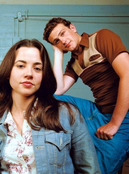 """Khi cùng tham gia """"Freaks and Geeks"""", Jason Segel đã bí mật hẹn hò với Linda Cardellini và phải đợi tới khi bộ phim kết thúc, Jason Segel mới chịu """"bật mí"""" về mối quan hệ này."""
