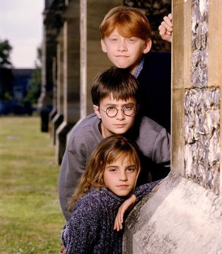 """Tập truyện mở đầu của series """"Harry Potter"""" nổi tiếng được ra mắt lần đầu vào tháng 6/1997 với cái tên ban đầu là """"Harry Potter and the Philosophers stone"""". Và một năm sau, tập truyện này đã được đổi tên thành """"Harry Potter and the Sorcerers stone""""."""