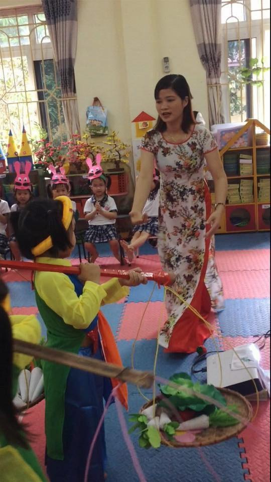 Cô giáo Đàm Thị Hiên trong một tiết dạy âm nhạc.