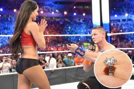Đầu tháng tư vừa qua, John Cena đã khiến cả khán đài dậy sóng khi quỳ xuống giữa sàn đấu và cầu hôn cô bạn gái lâu năm Nikki Bella bằng một chiếc nhẫn kim cương 4 carat.