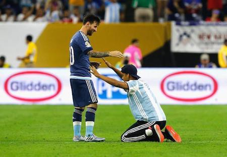 Đã có cổ động viên sẵn sàng quỳ lạy Messi