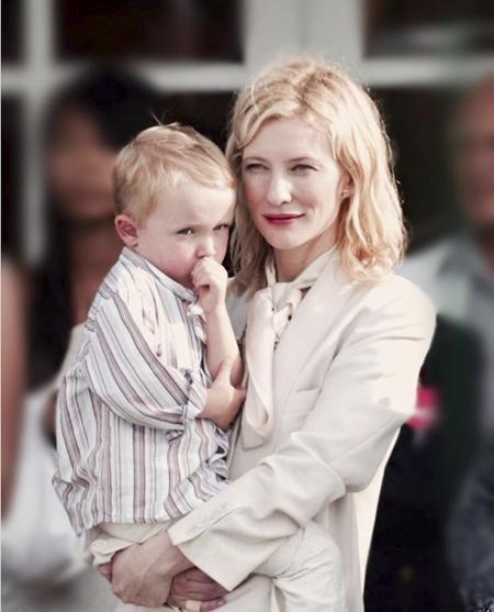 Bà mẹ 4 con Cate Blanchett từng thừa nhận mình khá là nghiêm khắc với các con. Thậm chí, Cate còn cho rằng thay vì làm bạn với con, mình nên làm một tấm gương cho con noi theo.