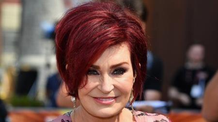 """Sharon Osbourne từng thực hiện vô số ca phẫu thuật thẩm mĩ và cũng rất cởi mở thừa nhận chuyện này. Từ việc phẫu thuật thu nhỏ dạ dày để giảm cân, căng da, nâng cổ, nâng ngực cho tới đi bơm mông, Sharon Osbourne đã động chạm dao kéo ở khắp các bộ phận cơ thể và ngôi sao truyền hình này thậm chí còn thoải mái chia sẻ rằng: """"Tổng chi phí là 160.000 đô la Mỹ và nó đáng giá đến từng xu đấy""""."""