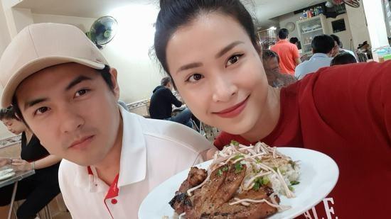 Đông Nhi và Ông Cao Thắng tình cảm khiến fan hâm mộ đổ rầm khi rủ nhau đi ăn cơm sườn buổi sáng.