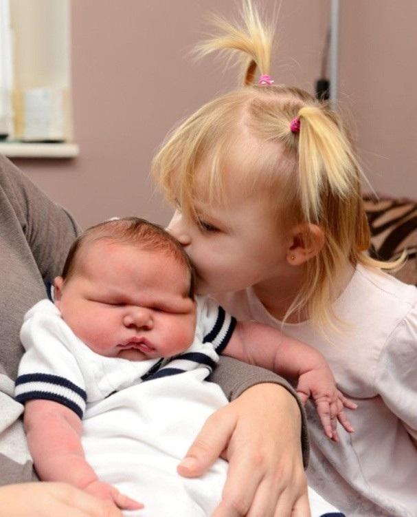 Nhận nụ hôn ngọt ngào từ chị gái