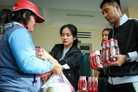 Các nghệ sĩ nhiệt tình cùng đoàn thiện nguyện chương trình Chuyến xe kết nối trao hơn 100 suất quà gồm tiền mặt và nhu yếu phẩm thiết yếu cho hộ nghèo bị thiệt hại nặng nề do bão Damrey gây ra tại thị trấn Vạn Giã, xã Vạn Thắng, huyện Vạn Ninh.