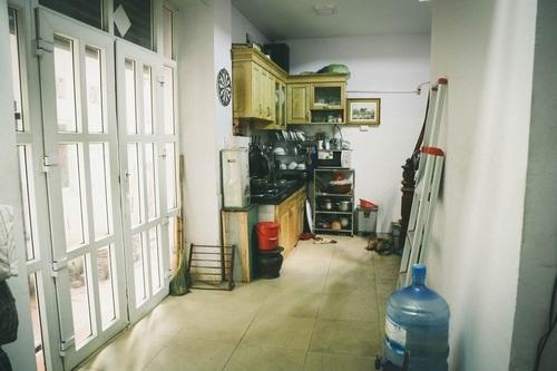 Tầng 1 được dùng làm bếp khá chật trội. Nam diễn viên tâm ông là người nấu ăn chính trong nhà.