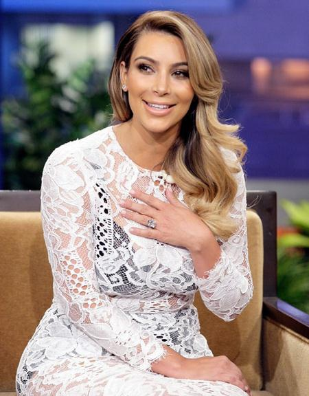 """Để đổi lấy cái gật đầu của Kim Kardashian, rapper Kanye West đã phải cầu hôn cô Kim """"siêu vòng 3"""" bằng một chiếc nhẫn kim cương 15 carat"""