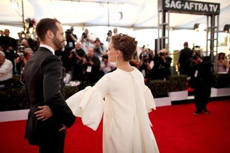 Kể từ khi mang bầu, lúc nào Natalie Portman cũng được ông xã Benjamin Millepied tận tình hộ tống
