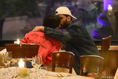 Vừa công khai hẹn hò, Selena Gomez và Weeknd đã rất mạnh dạn thể hiện tình cảm chốn đông người