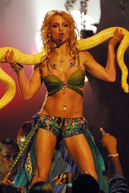 """Ngay sau đó, Britney Spears lại làm cho các fan hâm mộ phải """"mắt tròn mắt dẹt"""" khi mang cả rắn lên sân khấu trong màn trình diễn ca khúc """"Im a Slave 4 U"""""""