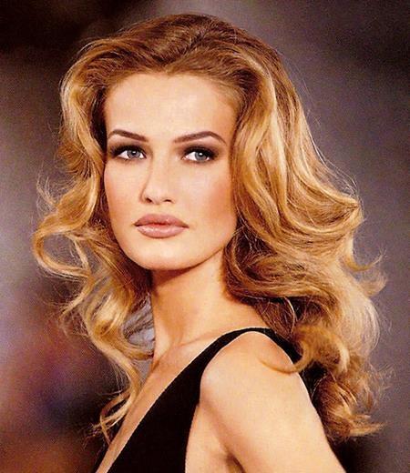 """Trong thập niên 90, Karen Mulder chính là chân dài """"quen mặt"""" với hầu hết các show trình diễn thời trang của các thương hiệu cao cấp như Valentino, YSL, Lanvin, Versace, Calvin Klein, Claude Montana, Ralph Lauren… và Armani"""