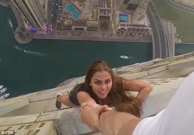 Rùng mình nhìn nữ người mẫu treo người bên tòa nhà chọc trời chụp ảnh - 5