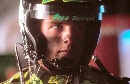 """Khi quay bộ phim """"Days of thunder"""" vào năm 1990, Tom Cruise đã không thể nhớ nổi lời thoại. Tuy nhiên, lỗi không nằm ở nam tài tử mà là do kịch bản phim đã liên tục được viết lại. Tom Cruise liền nghĩ ra ý tưởng học thoại nhanh bằng cách dán kịch bản lên bảng điều khiển xe hơi để nam tài tử có thể vừa lái xe vừa đọc. Kết quả, Tom Cruise đã bị tai nạn xe và việc quay phim bị chậm mất nửa ngày. Vẫn không nản lòng, Tom Cruise quyết định sử dụng tai nghe gắn bên trong mũ bảo hiểm để được nhắc thoại và lần này, may mắn là đã không có sự cố nào xảy ra."""