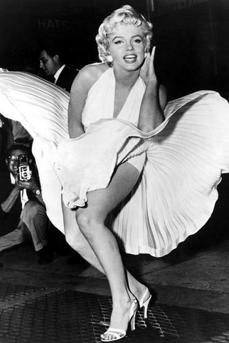 """Khoảnh khắc chiếc váy trắng của huyền thoại điện ảnh Marilyn Monroe bị tốc lên trước ánh mắt chiêm ngưỡng say mê của diễn viên Tom Ewell trong bộ phim """"The seven year itch"""" đã trở thành nỗi ghen tỵ của bất cứ phụ nữ nào trên thế giới và đây chắc chắn cũng là một trong những bộ trang phục nổi tiếng nhất mọi thời đại"""