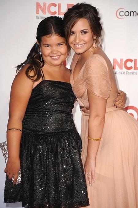 """Không nhiều người biết rằng Madison De La Garza, ngôi sao nhí của bộ phim """"Những bà nội trợ kiểu Mỹ"""" chính là cô em gái cùng mẹ khác cha của nữ ca sĩ Demi Lovato"""
