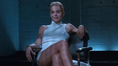 """Trong phim """"Basic instinct"""", Sharon Stone đã có một cảnh quay vô cùng nóng bỏng tại phòng thẩm vấn. Nghe theo lời khuyên của đạo diễn Paul Verhoeven, Sharon Stone đã không mặc quần lót trong cảnh quay này và Paul Verhoeven quả quyết với nữ diễn viên rằng cảnh quay sẽ được thực hiện theo phong cách ám gợi nên sẽ không có hình ảnh cụ thể nào hiện lên trên khung hình. Tuy nhiên, mọi việc trên thực tế diễn ra hoàn toàn ngược lại và Sharon Stone thậm chí đã tát thẳng vào mặt Paul Verhoeven trong lần đầu tiên xem lại bộ phim."""