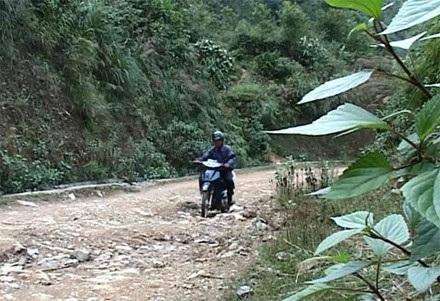 Thầy vượt hàng trăm cây số đường rừng đi dạy học.