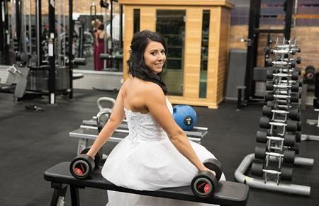 Dù mặc váy cưới bồng bềnh, Hannah vẫn điềm nhiên nâng tạ