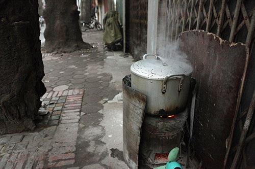 Bếp ga, bếp than vẫn xuất hiện trên vỉa hè nhiều tuyến phố mặc dù Hà Nội khuyến cáo người dân không đun, nấu, đốt lửa trên vỉa hè, lòng đường. Hình ảnh, bếp than tổ ong trên vỉa hè vào buổi sáng sớm trên đường Đê La Thành