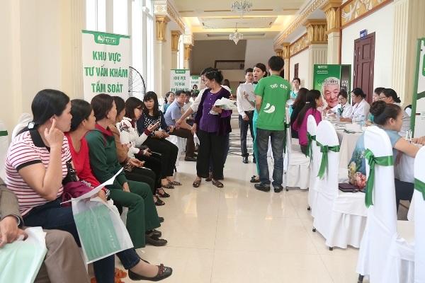 Đông đảo người dân Thanh Hóa tham gia tầm soát ung thư.