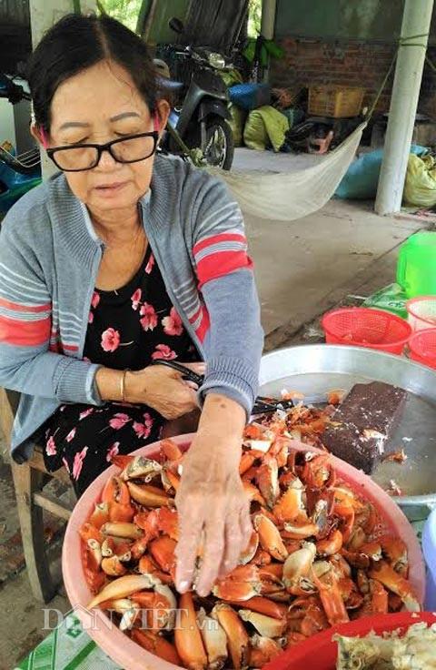 Với nghề tách thịt cua, bà Nương có lãi trung bình từ 300.000-500.000 đồng/ngày