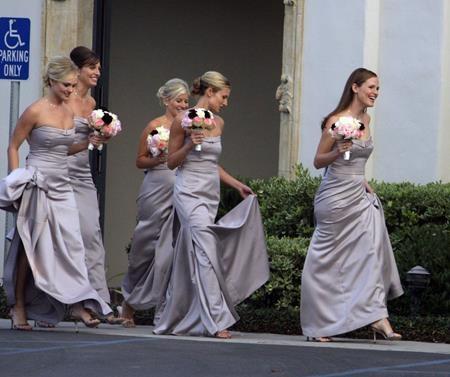 """Jennifer Garner hăm hở dẫn đầu """"đội quân"""" phù dâu trong một hôn lễ hồi năm 2006"""