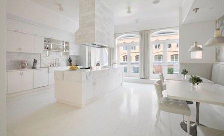 Phòng bếp cũng toát lên một sắc trắng thanh lịch