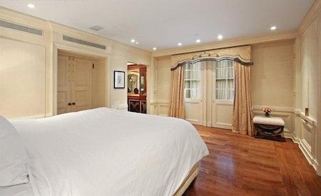 Phòng ngủ rộng rãi còn có hẳn một buồng riêng thay đồ