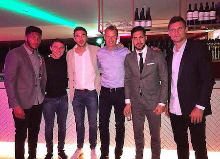 Joe Gomez, Connor Randall, Marko Grujic, Alex Manninger, Emre Can và Dejan Lovren vui vẻ chụp hình cùng nhau