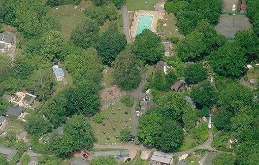 Ảnh toàn cảnh ngôi làng Spielplatz nhìn từ trên cao.