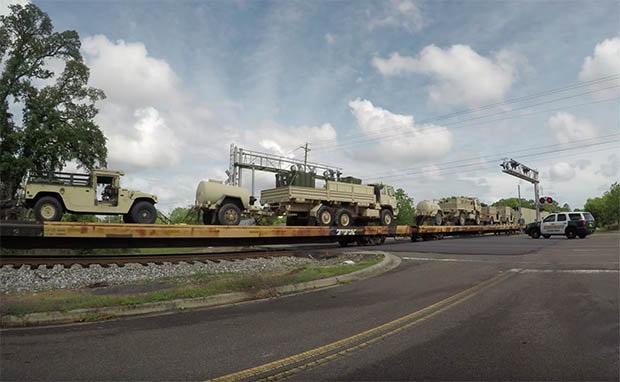 Xe tăng Mỹ dồn dập tới châu Âu để đối phó Nga? - 2