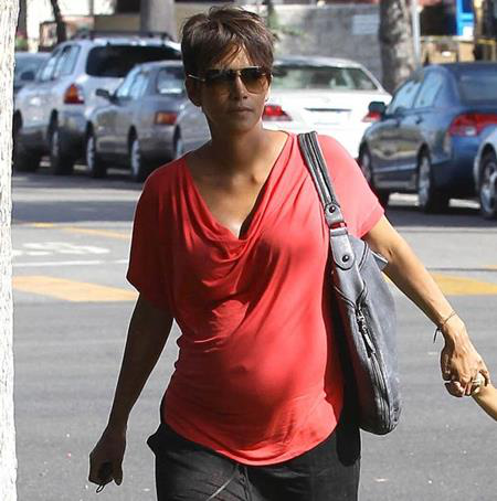 """""""Miêu nữ"""" Halle Berry đã rất sốc khi được làm mẹ lần thứ hai bởi tại thời điểm đó, nữ diễn viên này đã 47 tuổi và thậm chí còn nghĩ mình đang trong giai đoạn tiền mãn kinh"""